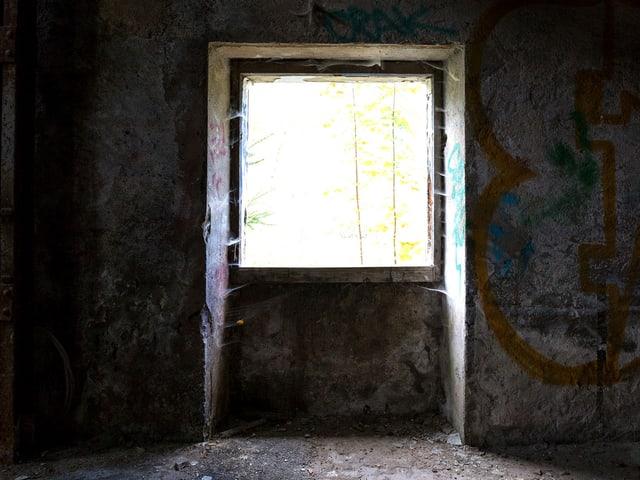 Ein ein Quadratmeter grosses Fenster (Loch) in einer Wand.