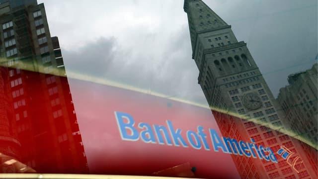 Das Logo der Bank of America wird in einem Fenster eines Wolkenkratzers reflektiert.