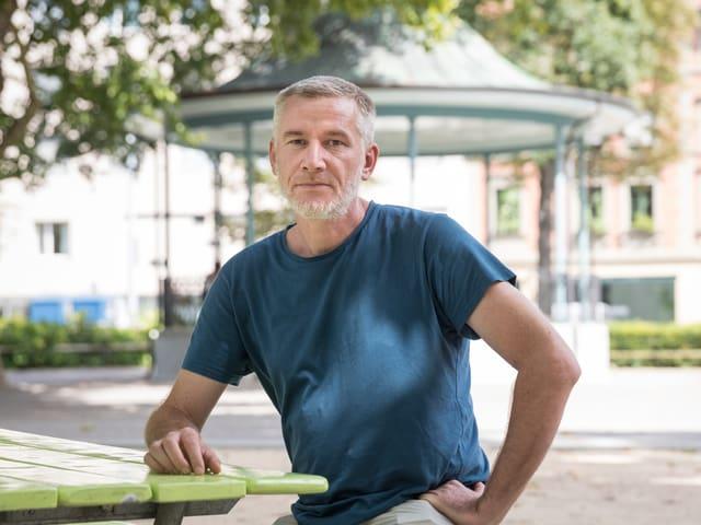 Ein Mann in einem Park