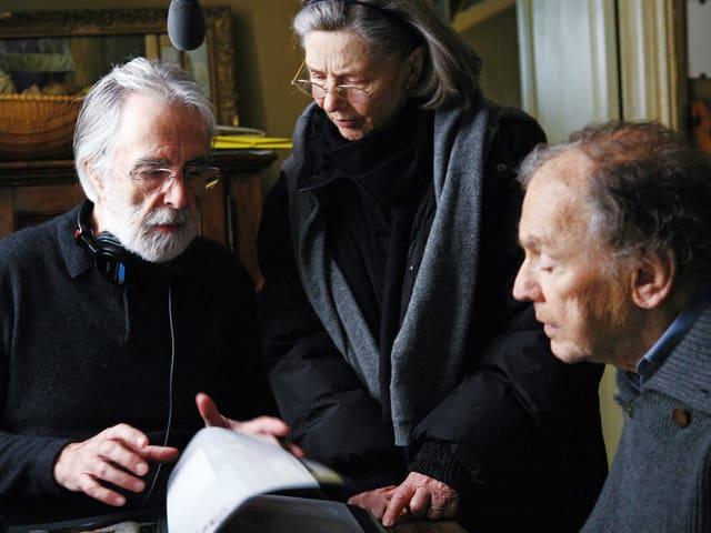 Michael Haneke mit Emmanuelle Riva und Jean Louis-Trintignant am Set von «Amour».