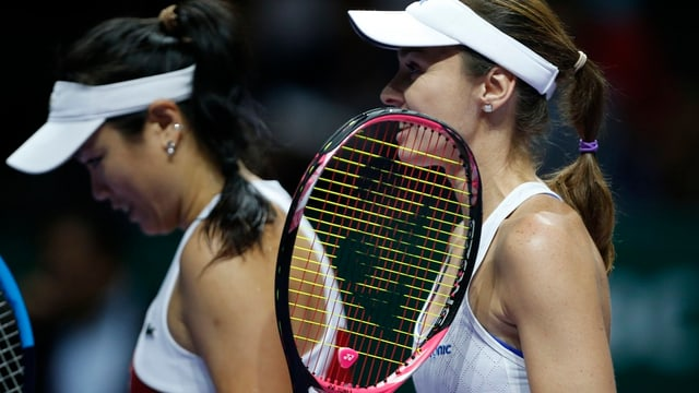 Martina Hingis (dre.) e Chan Yung-Jan suenter la terrada en la concurrenza dubla a Singapur.