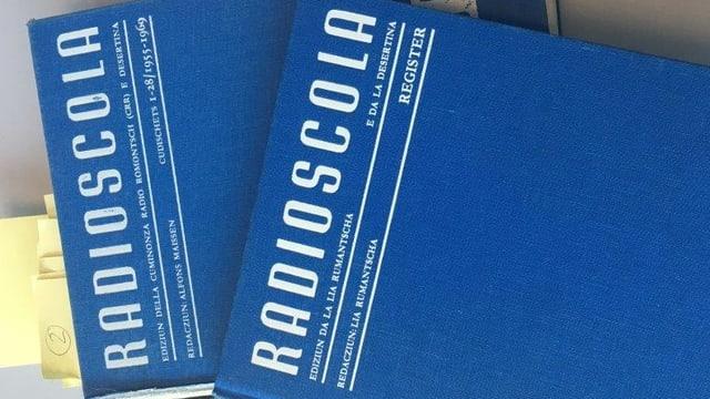 dus cudeschs blaus cun il titel Radioscola