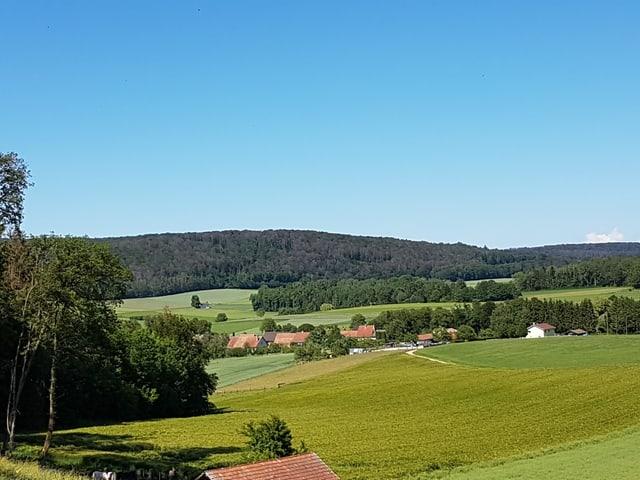 Es ist wolkenlos, das Dorf und die Landschaft in der Ajoe erfährt brütende Junihitze.