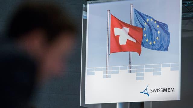 Schweizerische und EU-Flagge auf einem Transparent des Branchenverbands Swissmem.