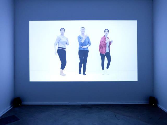 Die Künstlerin Julia Geröcs zeigt ein Video, in dem es um interkulturellen Austausch geht