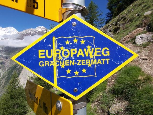 Ein blaues Wanderweg Schild, auf dem Europaweg steht.