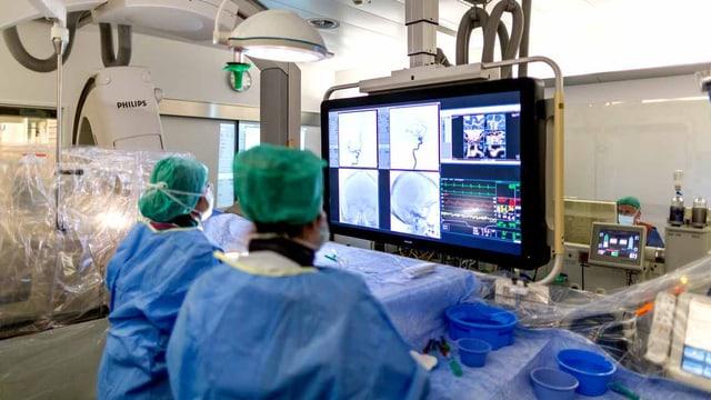 Ärzte im Spital bei der Operation