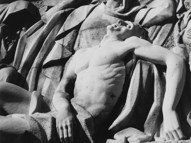 Skulptur eines müden Mannes
