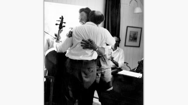 Britten und Rostropovich umarmen sich lachend, schwarz-weiss Aufnahme