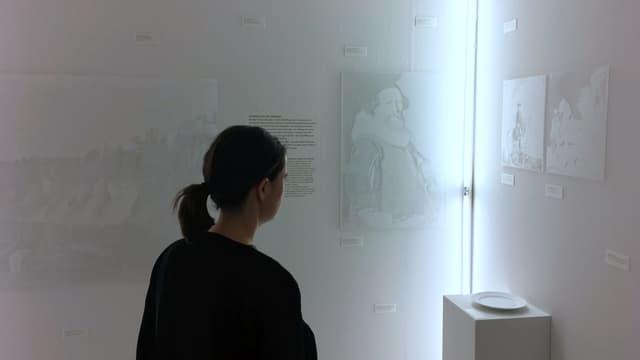 Weisser Raum mit schemenhaft erkennbaren Kunstwerken an den Wänden.