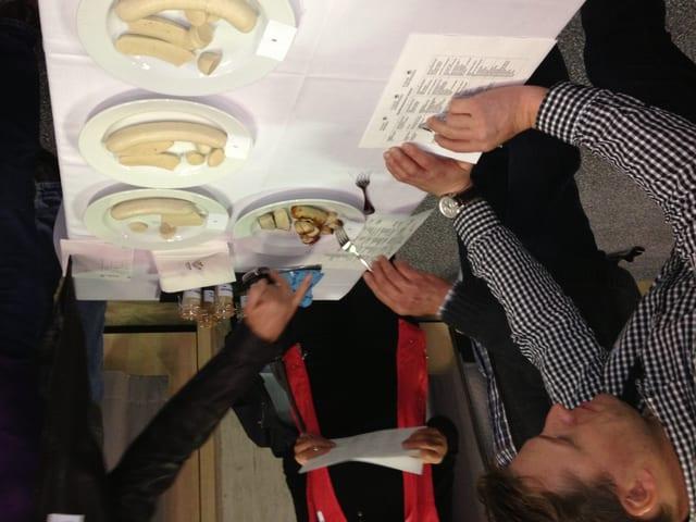 Alle getesteten Bratwürste erhalten Noten von den Seminarteilnehmern.