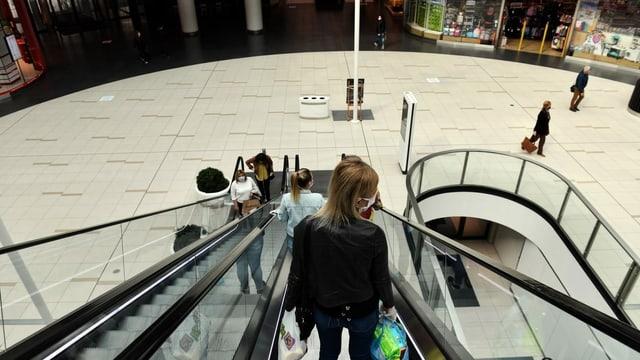 Frau in Shopping-Center in Polen
