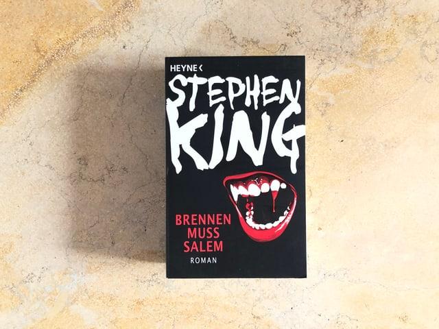 Der Roman «Brennen muss Salem» von Stephen King liegt auf einer Marmorplatte