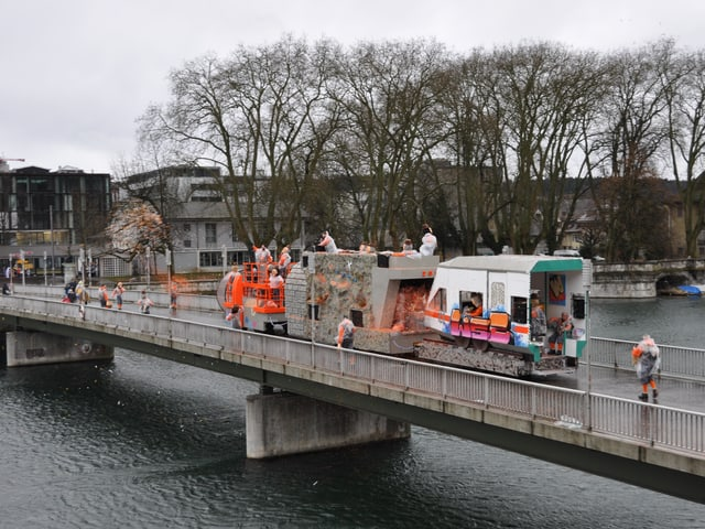 Fasnachtswagen auf einer Brücke.