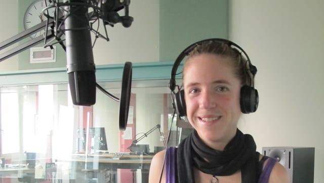 Martina Strähl am Mikrofon im Studio vom Regionaljournal Aargau Solothurn