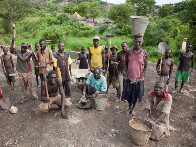 Die Bevölkerung des Dorfes Woroworo im Südsudan beteiligt sich tatkräftig am Bau ihres Speichersystems, das ihr die Versorgung mit Wasser auch in der Trockenzeit sichert.