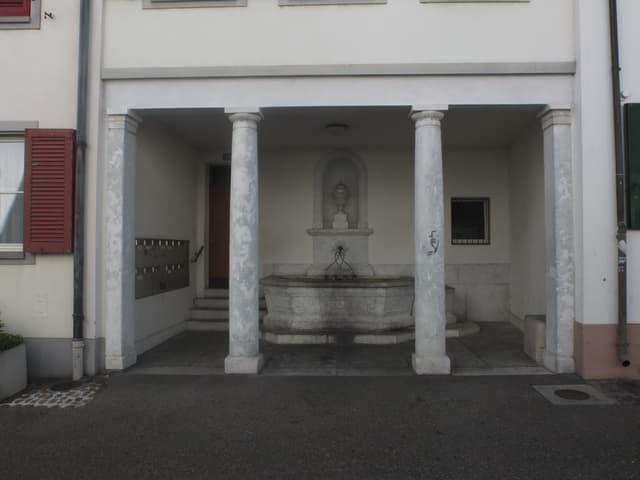 Nischenbrunnen am Nadelberg, frontale Ansicht.