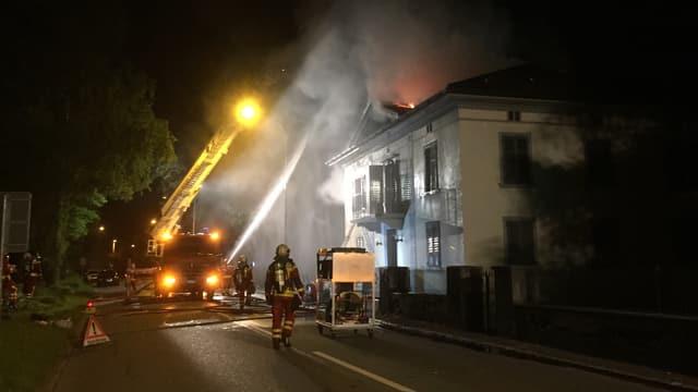 Feuerwehr im Einsatz bei Hausbrand