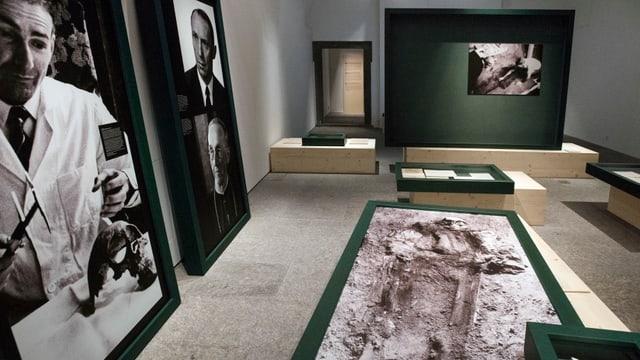 Bilder der Ausgrabungen in einem Raum des Museums.
