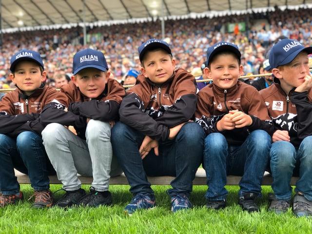 Die fünf Jungschwinger sitzen nebeneinander.