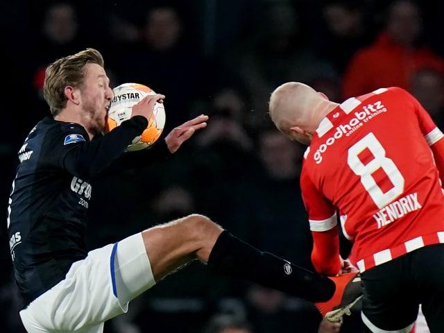 Michel Vlap von Heerenveen kriegt einen Ball ins Gesicht.