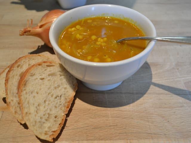 Eine Schale mit einer gelblichen Suppe
