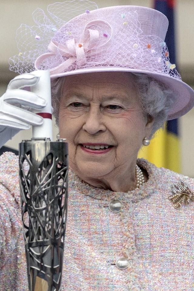 Königin Elizabeth packt ihre Rede in den Jubilee Baton für die Commonwealth Games.