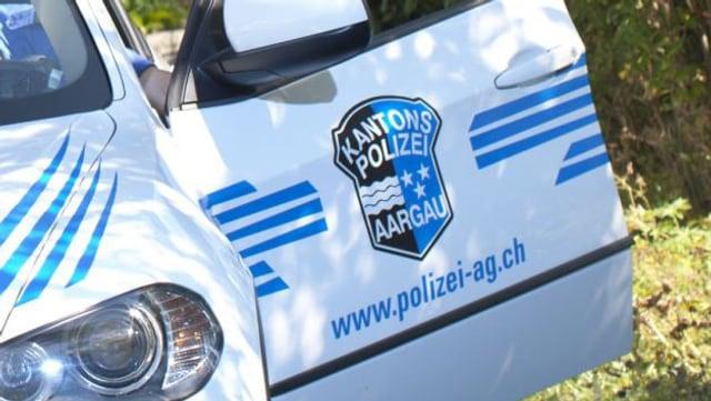 Bild der Autotüre eines Einsatzfahrzeuges der Kantonspolizei Aargau.