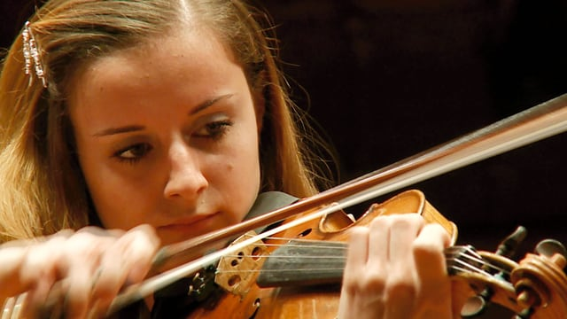 Nahaufnahme einer jungen Frau, die Geige spielt.
