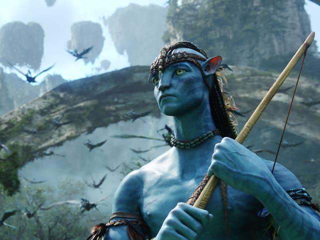 Filmszene: Ein menschenähnliches Wesen mit blauer Haut und spitzen ohren.
