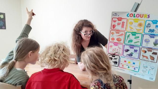 Stefanie Grob unterrichtet ihre drei Kinder an einem Tisch.