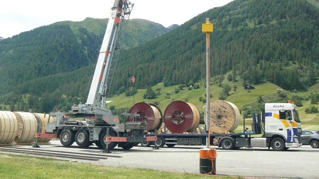 Auf einem Umschlagplatz werden Lastwagen mit Stahl beladen.