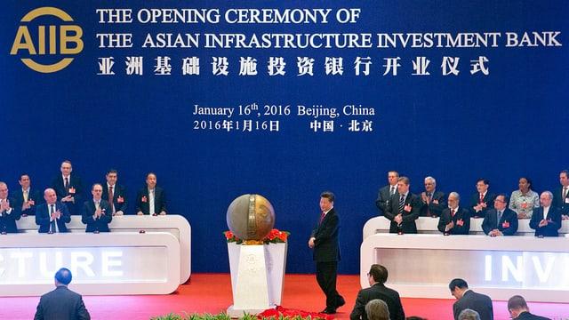 Präsident Xi Jinping enthüllt Skulptur