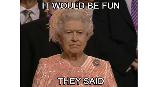 Die Queen guckt etwas grimmig auf einem Foto bei der Eröffnungsfeier der Olympischen Spiele in London.