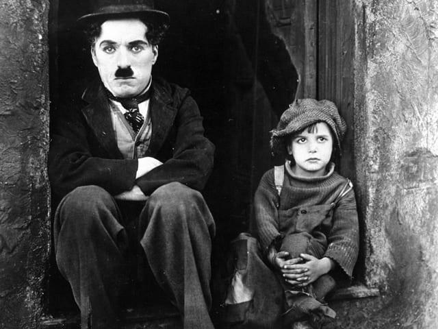 Charlie Chaplin (linke Seite) mit Jackie Coogan