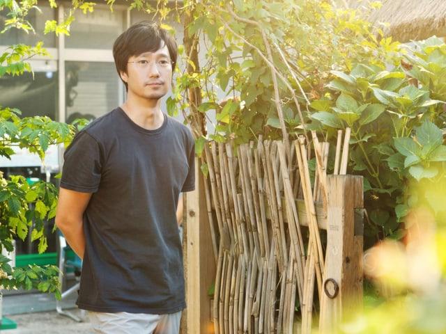 Professor Choi Hyeon steht im Garten.