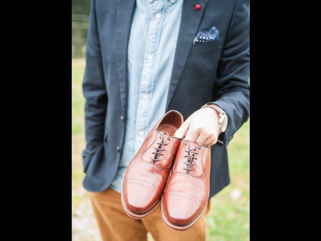 Michael Zezzi hält Schuhe in der Hand.