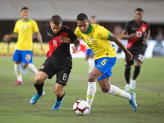 Brasiliens Alex Sandro gegen den Peruaner Gabriel Costa.