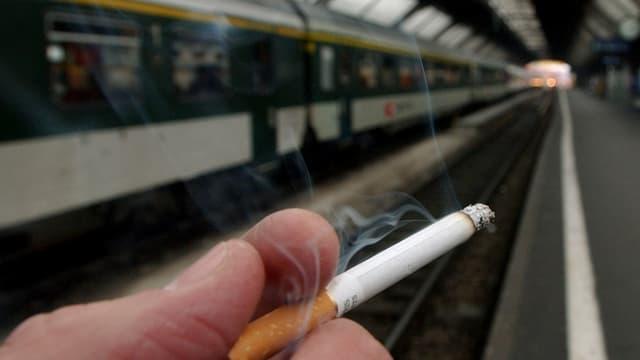 Zigarette mit Zug im Hintergrund
