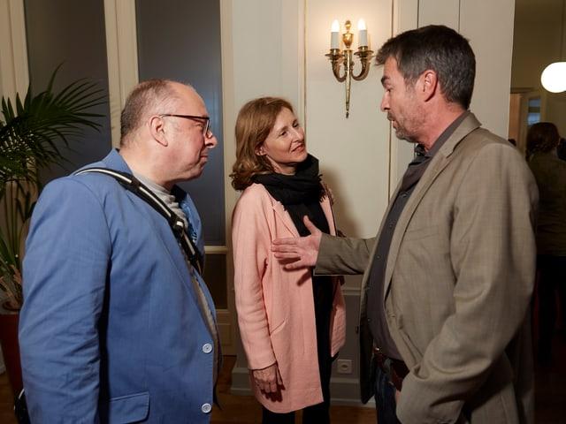 Niklaus Zeier von der Stadt Luzern, die Produzentin Anita Wasser und der Schauspieler Stefan Gubser diskutieren die intensiven Dreharbeiten von Tatort Verfolgt.