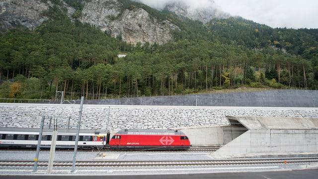 Testzug fährt durch das Nordportal des Gotthard-Basistunnel.