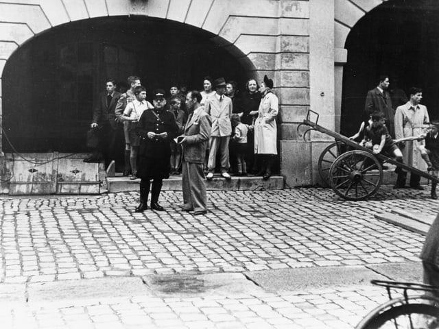Eine Gruppe von schaulustigen Leuten neben dem Filmset in Bern.