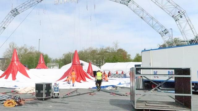 Das Zelt wird hochgezogen.