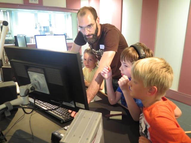 Techniker und Kinder