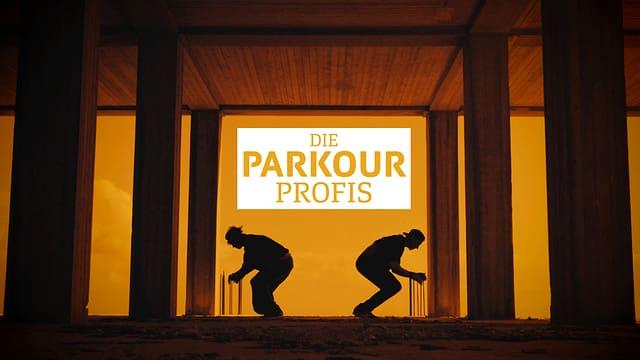 Zwei Männer in der Hocke mit dem Rücken zueinander im Schatten.