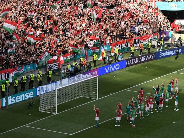 Ungarn-Spieler feiern mit Fans