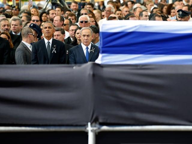 Barack Obama und Benjamin Netanyahu hinter dem Sarg von Peres