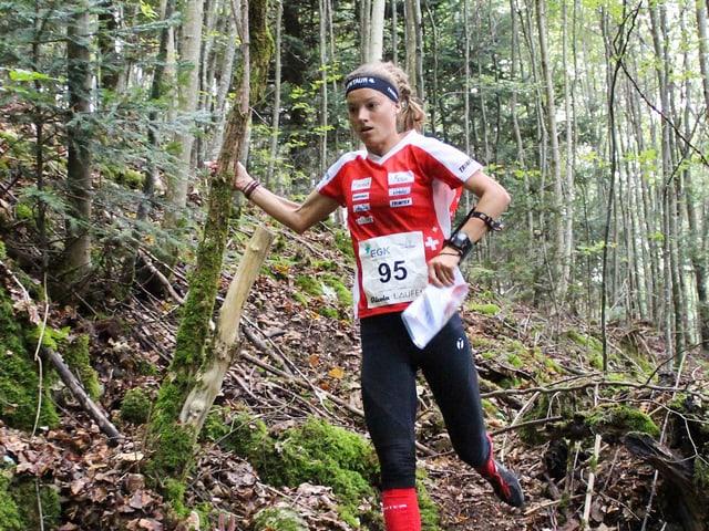 Simona Aebersold im Wald.