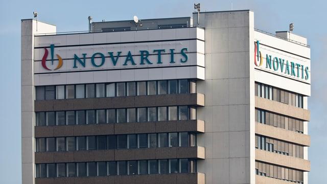 Hochhaus mit Novartis-Schriftzug