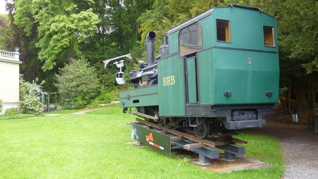 Eine Lok der Brienzer Rothorn-Bahn, dahinter eine Gondel der Bahn Kriens-Fräkmüntegg